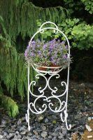 gėlių stovas iš metalo, baltas, gėlių stovas, stovai gėlėms, metaliniai baldai, interjeras, interjero detalės, interjero aksesuarai